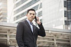 Όμορφος επιχειρηματίας που χρησιμοποιεί το κινητό τηλέφωνο Επικοινωνία έννοιας στοκ εικόνες
