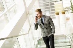 Όμορφος επιχειρηματίας που χρησιμοποιεί το smartphone στο γραφείο Στοκ Εικόνες