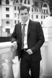 Όμορφος επιχειρηματίας στο μαύρο κοστούμι στοκ φωτογραφία
