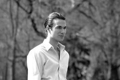 Όμορφος επιχειρηματίας στο πάρκο στοκ φωτογραφία