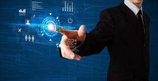 Όμορφος επιχειρηματίας σχετικά με τα μελλοντικά κουμπιά τεχνολογίας Ιστού και Στοκ εικόνα με δικαίωμα ελεύθερης χρήσης
