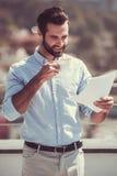 Όμορφος επιχειρηματίας υπαίθρια στοκ φωτογραφία με δικαίωμα ελεύθερης χρήσης