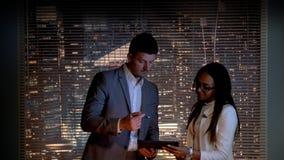 Όμορφος επιχειρησιακός άνδρας που κάνει να εξετάσει τη μαύρη επιχειρησιακή γυναίκα eyeglasses απόθεμα βίντεο