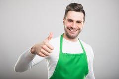 Όμορφος εργοδότης υπεραγορών που παρουσιάζει όπως τη χειρονομία Στοκ εικόνα με δικαίωμα ελεύθερης χρήσης
