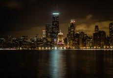 Όμορφος ευρύς πυροβολισμός των ψηλών επιχειρησιακών κτηρίων και των ουρανοξυστών του Σικάγου και ο ποταμός τη νύχτα στοκ εικόνες