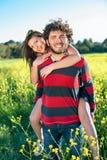 Όμορφος ευτυχής νεαρός άνδρας με τη φίλη του. Στοκ φωτογραφία με δικαίωμα ελεύθερης χρήσης