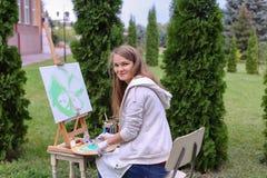 Όμορφος ζωγράφος γυναικών που θέτει και που χαμογελά, που γελά στη κάμερα Στοκ φωτογραφίες με δικαίωμα ελεύθερης χρήσης