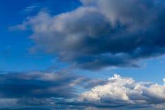Όμορφος ζωηρός δονούμενος μπλε ουρανός με τα άσπρα σύννεφα στοκ φωτογραφίες με δικαίωμα ελεύθερης χρήσης