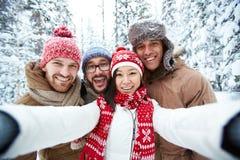 όμορφος ημέρας χειμώνας Σαββατοκύριακου γιων πατέρων sledging Στοκ εικόνες με δικαίωμα ελεύθερης χρήσης