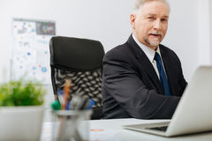 Όμορφος ηλικίας εργοδότης που παίρνει τις σημειώσεις στον εργασιακό χώρο Στοκ φωτογραφία με δικαίωμα ελεύθερης χρήσης