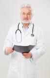 Όμορφος ηλικιωμένος γιατρός με την ακτηνογραφία Στοκ Φωτογραφία