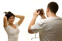 Όμορφος θέτοντας φωτογράφος γυναικών στοκ φωτογραφίες με δικαίωμα ελεύθερης χρήσης