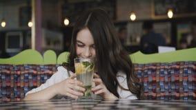 Όμορφος θαυμασμός κοριτσιών της εξυπηρέτησης λεμονάδας ` s στον καφέ 4K απόθεμα βίντεο