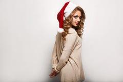 Όμορφος θετικός ξανθός σε ένα πουλόβερ και μια εορταστική ΚΑΠ Στοκ εικόνα με δικαίωμα ελεύθερης χρήσης
