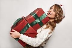 Όμορφος θετικός ξανθός σε ένα πουλόβερ και μια εορταστική ΚΑΠ Στοκ φωτογραφίες με δικαίωμα ελεύθερης χρήσης