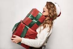 Όμορφος θετικός ξανθός σε ένα πουλόβερ και μια εορταστική ΚΑΠ Στοκ Εικόνες