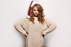 Όμορφος θετικός ξανθός σε ένα πουλόβερ και μια εορταστική ΚΑΠ Στοκ εικόνες με δικαίωμα ελεύθερης χρήσης