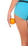 Όμορφος θηλυκός αριθμός με ένα πορτοκάλι. Στοκ φωτογραφία με δικαίωμα ελεύθερης χρήσης