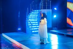 Όμορφος θηλυκός τραγουδιστής που τραγουδά ένα τραγούδι στη σκηνή Στοκ φωτογραφίες με δικαίωμα ελεύθερης χρήσης