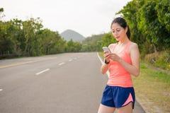 Όμορφος θηλυκός jogging δρομέας που φορά smartwatch Στοκ Εικόνες