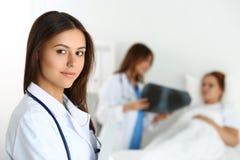 Όμορφος θηλυκός γιατρός ιατρικής που φαίνεται κεκλεισμένων των θυρών Στοκ Εικόνες