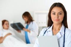 Όμορφος θηλυκός γιατρός ιατρικής που φαίνεται κεκλεισμένων των θυρών Στοκ φωτογραφία με δικαίωμα ελεύθερης χρήσης
