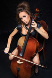 Όμορφος θηλυκός μουσικός που παίζει ένα βιολοντσέλο στοκ φωτογραφία