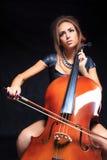 Όμορφος θηλυκός μουσικός που παίζει ένα βιολοντσέλο Στοκ Εικόνες