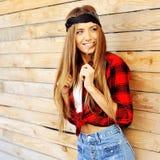 Όμορφος θηλυκός πρότυπος υπαίθριος χαμόγελου Στοκ Φωτογραφίες