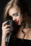 όμορφος θηλυκός τραγουδιστής Στοκ Εικόνες