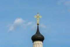 Όμορφος θόλος εκκλησιών στο υπόβαθρο του νεφελώδους ουρανού Στοκ Φωτογραφία