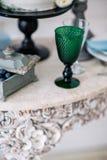 Όμορφος διακοσμήστε τον πίνακα με το γυαλί, τα κεριά, το βάζο με τα λουλούδια και το γαμήλιο κέικ στον πίνακα στο στούντιο Στοκ φωτογραφία με δικαίωμα ελεύθερης χρήσης