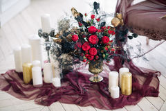 Όμορφος διακοσμήστε το γάμο bouqet κοντά στον καναπέ με τα κεριά και στο στούντιο Στοκ Εικόνα