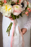 Όμορφος διακοσμήστε το γάμο bouqet στα χέρια νυφών Στοκ εικόνες με δικαίωμα ελεύθερης χρήσης