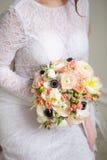 Όμορφος διακοσμήστε το γάμο bouqet στα χέρια νυφών Στοκ φωτογραφίες με δικαίωμα ελεύθερης χρήσης