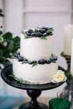 Όμορφος διακοσμήστε το γαμήλιο κέικ με τα κεριά και τα λουλούδια στοκ εικόνα με δικαίωμα ελεύθερης χρήσης