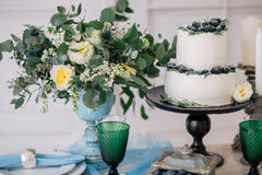 Όμορφος διακοσμήστε το γαμήλιο κέικ με τα κεριά και τα λουλούδια Στοκ φωτογραφία με δικαίωμα ελεύθερης χρήσης