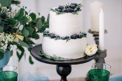 Όμορφος διακοσμήστε το γαμήλιο κέικ με τα κεριά και τα λουλούδια Στοκ εικόνες με δικαίωμα ελεύθερης χρήσης