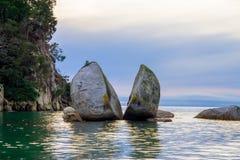 Όμορφος διασπασμένος βράχος της Apple στο εθνικό πάρκο του Abel Tasman, που βρίσκεται στο νότιο νησί στη Νέα Ζηλανδία Στοκ Εικόνα