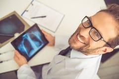 Όμορφος ιατρός Στοκ εικόνα με δικαίωμα ελεύθερης χρήσης