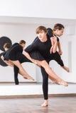 Όμορφος ισχυρός χορός μπαλέτου άσκησης ατόμων Στοκ φωτογραφία με δικαίωμα ελεύθερης χρήσης