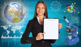 Όμορφος κάτοχος εγγράφου εκμετάλλευσης επιχειρηματιών Στοκ φωτογραφία με δικαίωμα ελεύθερης χρήσης