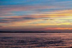 Όμορφος κίτρινος-μπλε ουρανός στο ηλιοβασίλεμα πέρα από τη θάλασσα στοκ φωτογραφία με δικαίωμα ελεύθερης χρήσης