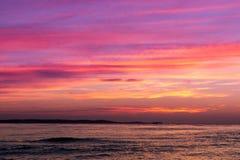 Όμορφος κίτρινος πορφυρός κόκκινος ουρανός στο ηλιοβασίλεμα πέρα από τη θάλασσα στοκ φωτογραφία με δικαίωμα ελεύθερης χρήσης