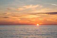 Όμορφος καίγοντας ουρανός στην παραλία ανατολής στο χρόνο πρωινού Στοκ Φωτογραφίες