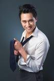Όμορφος καθορίζοντας δεσμός επιχειρηματιών χαμόγελου Στοκ φωτογραφία με δικαίωμα ελεύθερης χρήσης