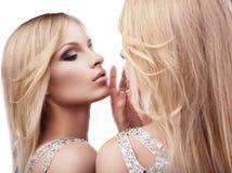 όμορφος καθρέφτης πλησίον πέρα από τις προκλητικές νεολαίες λευκών γυναικών Στοκ εικόνα με δικαίωμα ελεύθερης χρήσης