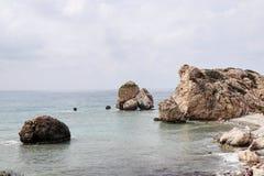 Όμορφος και διάσημος προορισμός στη νότια Κύπρο, tou Romiou κοντινό Kouklia της Petra Βράχος Aphrodite με το νεφελώδη ουρανό και στοκ εικόνα