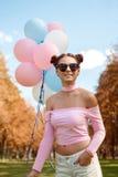 Όμορφος και νέο κορίτσι με τα μπαλόνια στα γυαλιά Στοκ φωτογραφίες με δικαίωμα ελεύθερης χρήσης