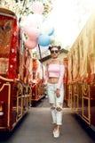 Όμορφος και νέο κορίτσι με τα μπαλόνια στα γυαλιά Στοκ Εικόνες